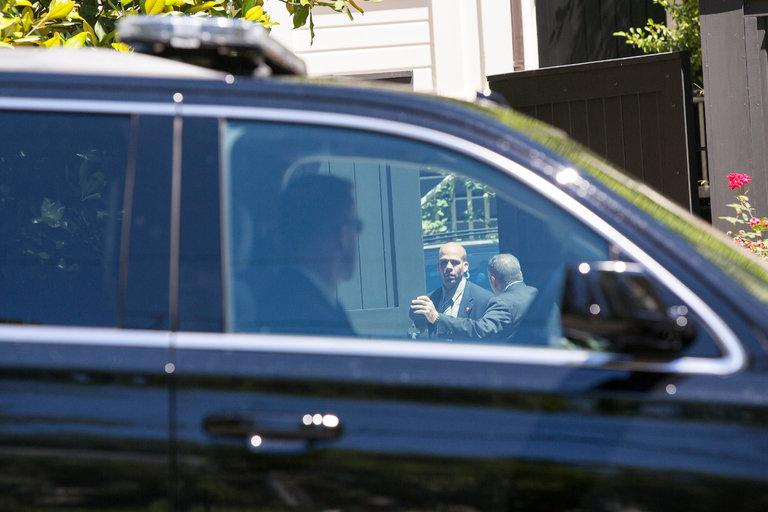 Agents des services secrets devant la maison de Washington des Clinton, ce samedi.