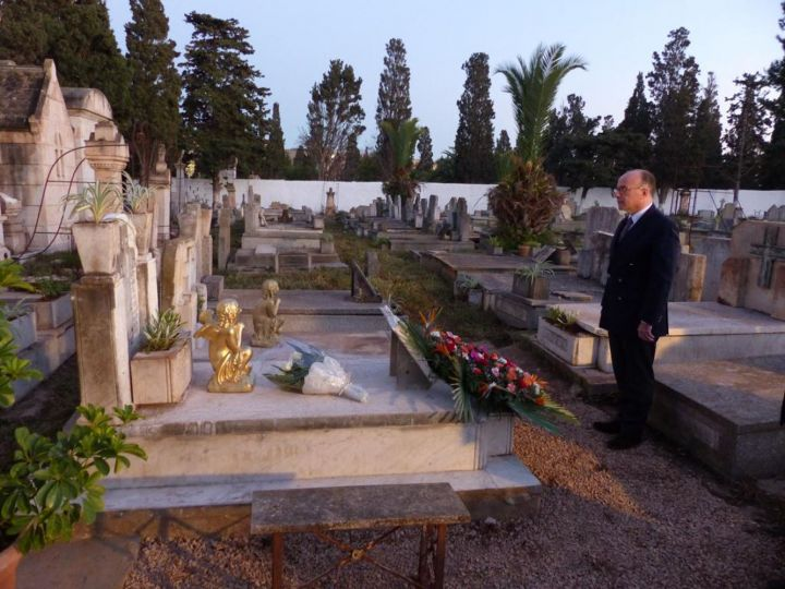 Bernard Cazeneuve au cimetière chrétien d'El Hamri, à Oran.
