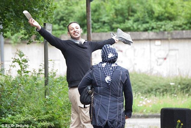 L'Algérien Hassan T. pousse des cris de joie à la sortie du tribunal, après avoir reçu une condamnation avec sursis