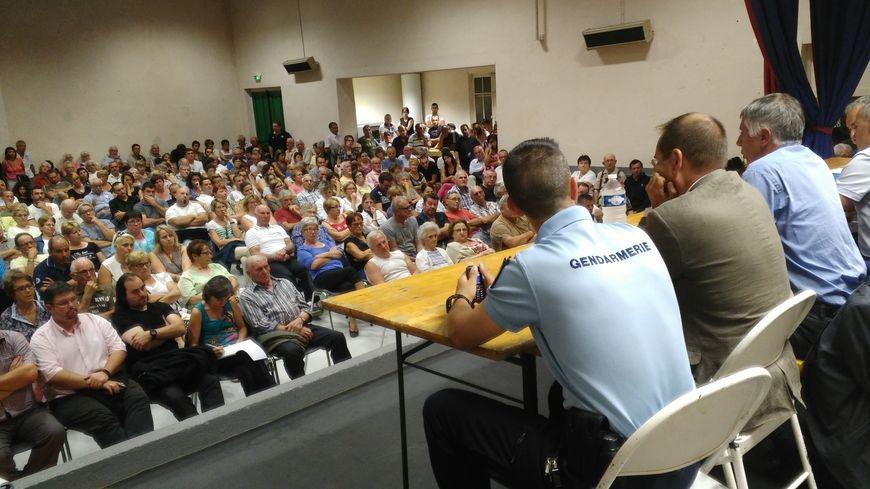 Saint-Denis-de-Cabanne compte 1300 habitants, plus de 200 ont assisté à cette réunion © Radio France - Marie Blondiau