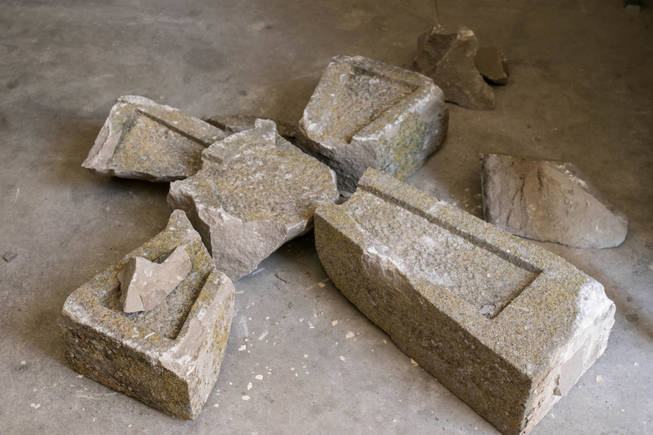 la-cruz-de-la-iglesia-vieja-de-ribaforada-de-400-anos-de-antiguedad-destrozada-en-el-suelo