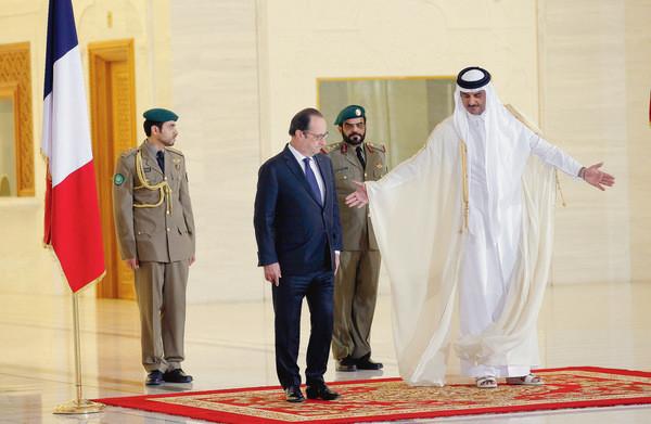 francois-hollande-accueilli-emir-qatar-cheikh-tamim-ben-hamad-al-thani-doha-lundi-5_0_730_391