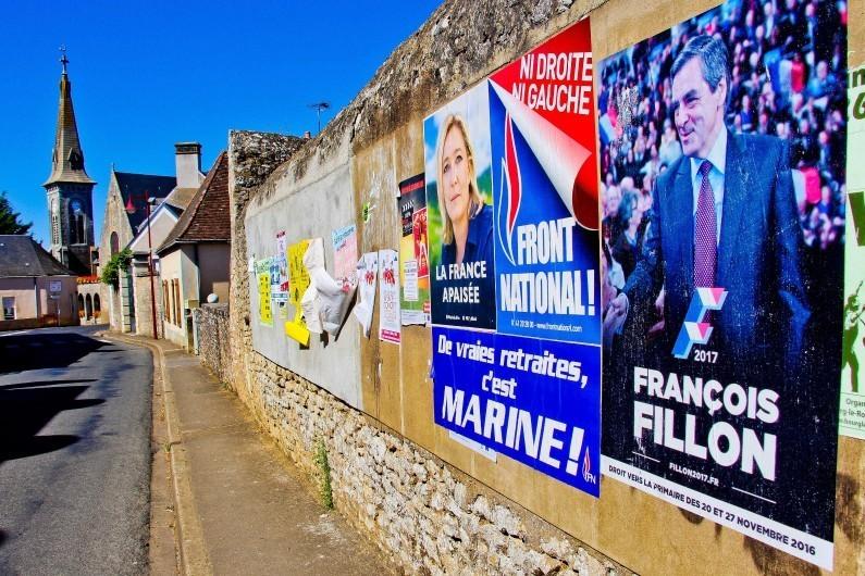 7786048008_deux-affiches-une-de-marine-le-pen-et-l-autre-de-francois-fillon-dans-un-village-de-la-sarthe-le-7-septembre-2016