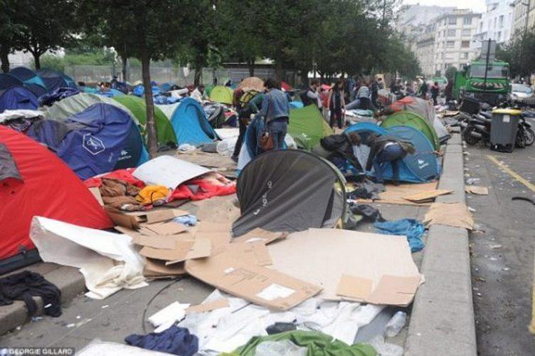 Pour résorber les campements de migrants parisiens où la situation se dégrade, l'Etat a annoncé mardi la création d'un nouveau centre d'accueil à Paris alors que des ONG s'étaient mises en grève pour dénoncer l'inaction des pouvoirs publics.