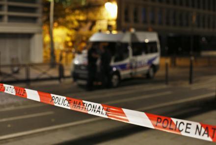 Sept personnes, choisies au hasard, ont été blessées lors d'une attaque au couteau dans le centre de Paris dimanche soir, mais la police a déclaré que le terrorisme n'était pas soupçonné.