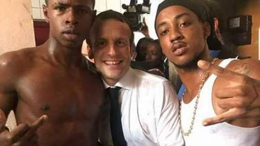 Interpellé dimanche pour possession de stupéfiants, il aurait tenté de prendre la fuite et se serait rebellé selon nos informations. Il est présenté ce matin en comparution immédiate. Le jeune homme était à droite de la photo polémique avec le président Emmanuel Macron lors de son passage à Saint-Martin.