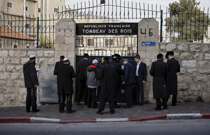 https://www.dreuz.info/wp-content/uploads/2019/02/juifs-ultra-orthodoxes-prient-devant-porte-fermee-Tombeau-propriete-France-situe-Jerusalem-Est-24-janvier-2019_0_728_471-696x450.jpg