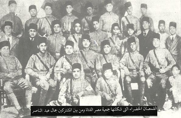 """Les """"Chemises Vertes"""" du Parti Jeune Égypte (Young Egypt Party), Gamal Abdel Nasser au milieu de ses camarades (X). Années 1930 (Young Egypt Archives)"""
