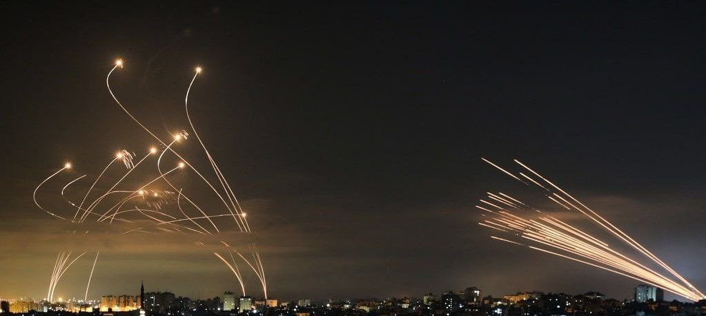 """A droite, les tirs de missile depuis Gaza. A gauche, le système anti-missile """"dôme de fer""""."""